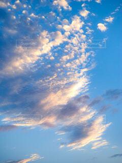 朝日に照らされる雲の写真・画像素材[4460045]