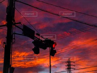 夕暮れの赤信号の写真・画像素材[4819385]