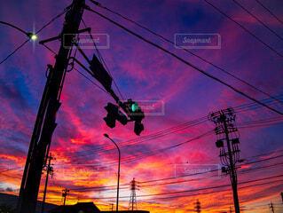 夕暮れの信号機の写真・画像素材[4819383]
