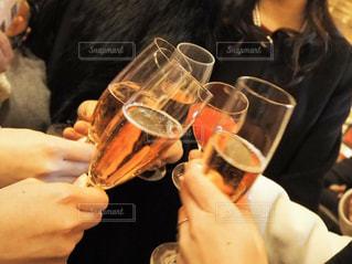 女性,友だち,5人以上,飲み物,結婚式,人物,人,イベント,グラス,カクテル,乾杯,ドリンク,シャンパン,パーティー,手元,飲む,ソフトド リンク