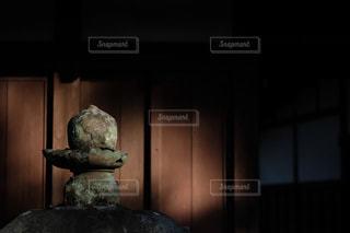 陽光射す寺の灯篭の写真・画像素材[3006912]