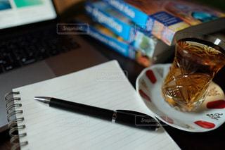 チャイを飲みながら仕事の予定を考えた。の写真・画像素材[3012280]