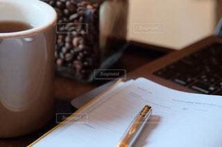 デスクワーク。コーヒーを飲みながら。の写真・画像素材[3042847]
