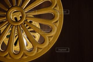 和の風景。神社の門扉。の写真・画像素材[3047300]