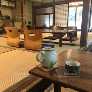 コーヒー,屋内,花瓶,窓,椅子,テーブル,床,マグカップ,食器,家具,陶器,ティーポット,土器,セラミック,エリア,コーヒー カップ,磁器,コーヒー テーブル