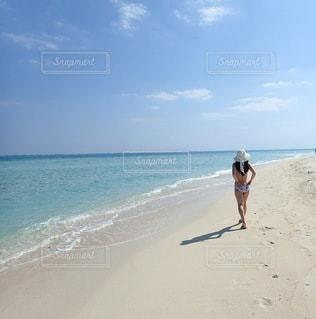 砂浜を歩く人の写真・画像素材[3012444]