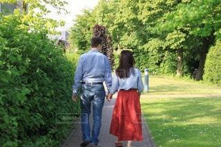 女性,男性,家族,2人,公園,屋外,緑,歩く,樹木,夫婦,デート,お散歩,手を繋ぐ