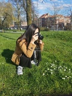 女性,1人,風景,公園,花,カメラ,木,芝生,屋外,緑,晴れ,青空,白い花,写真,草木,写真を撮る,撮影する人