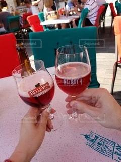 飲み物,カフェ,屋外,ヨーロッパ,人物,イベント,グラス,ビール,乾杯,ドリンク,パーティー,手元,フルーツビール