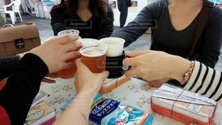 飲み物,人物,人,座る,イベント,グラス,ビール,カップ,乾杯,ドリンク,パーティー,手元,飲む
