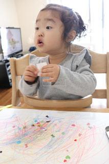1人,屋内,女の子,人,幼児,お絵描き,2歳,器用,シール,あそび,ぺたぺた,お部屋遊び