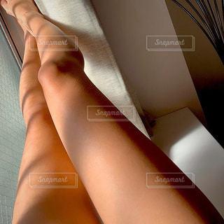 女性,1人,海,屋内,室内,人,日光浴,脚,日向ぼっこ,ひなたぼっこ,西陽,小麦肌,インスタ映え,インスタグラマー,小麦色