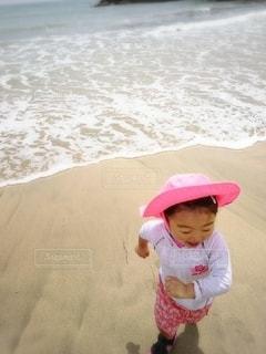 子ども,1人,風景,屋外,砂,ビーチ,波,帽子,水面,海岸,人,赤ちゃん,幼児,競争,少し
