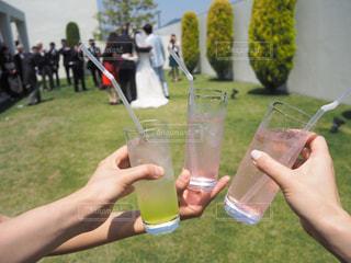 女性,男性,友だち,3人,5人以上,飲み物,屋外,ジュース,結婚式,ガラス,草,人物,人,イベント,グラス,カクテル,乾杯,ドリンク,パーティー,手元,飲料,ソフトド リンク