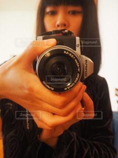 カメラを持つ手の写真・画像素材[3388023]