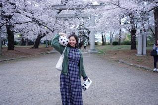 女性,1人,風景,花,春,桜,木,屋外,花見,樹木,お花見,サッカーボール,笑顔,イベント,桜の木,花粉症,サッカー女子