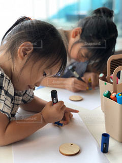 子ども,2人,屋内,少女,人,可愛い,工作,幼児,3歳,集中