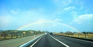 空にかかる大きな虹の橋の写真・画像素材[3026353]