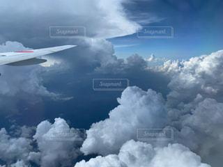 飛行機の窓からの景色の写真・画像素材[3028959]