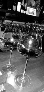 モノクロの赤ワインの写真・画像素材[3047748]