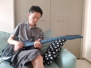 オウチでギター練習の写真・画像素材[3208866]