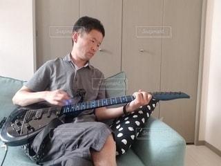 オウチでギター練習の写真・画像素材[3208865]