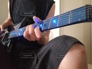 ギターを持っている男の写真・画像素材[3211431]