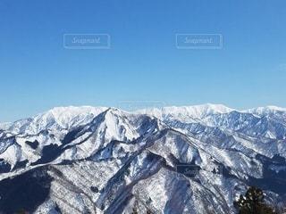雪に覆われた山の眺めの写真・画像素材[3351997]