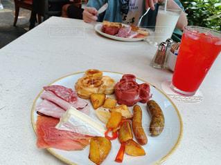 食べ物,食事,朝食,ディナー,テーブル,トマト,野菜,皿,肉,ソーセージ,魚介類