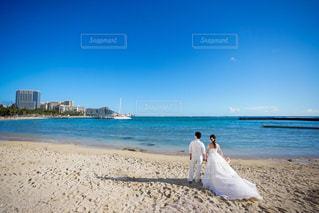 女性,男性,恋人,自然,海,空,屋外,ビーチ,砂浜,海岸,夫婦,結婚,フォトウェディング,結婚式ドレス