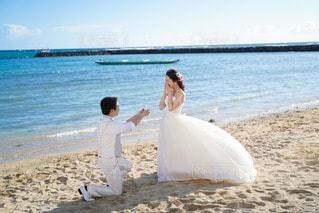 女性,男性,恋人,海,空,屋外,ビーチ,砂浜,水面,海岸,結婚式,ドレス,結婚,プロポーズ,結婚式ドレス