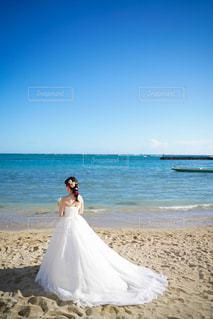女性,男性,恋人,自然,海,空,屋外,ビーチ,水面,海岸,結婚式,ドレス,ブライダル,結婚式ドレス