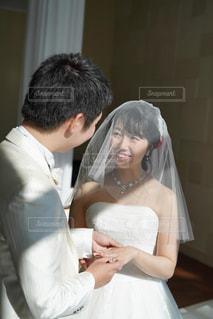 女性,男性,恋人,花,屋内,結婚式,ドレス,結婚指輪,人,結婚,新郎,チャペル,ベール,式,指輪の交換,結婚式ドレス