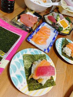 食べ物,食事,ディナー,テーブル,野菜,皿,レモン,レストラン,寿司,魚介類,サーモン,ホームパーティー,手巻き寿司,プラスチック