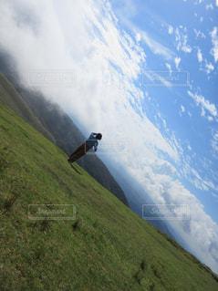 女性,1人,自然,空,屋外,草原,山,大地,新緑