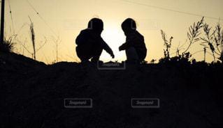 夕陽と子供の写真・画像素材[3030112]