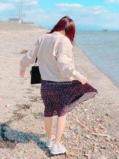女性,恋人,ファッション,風景,海,空,屋外,ビーチ,砂浜,海岸,日常,少女,スカート,休日,日中