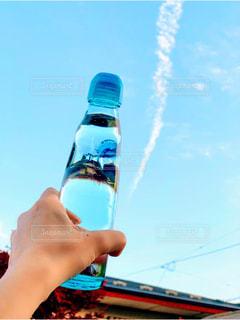 空,夏,屋外,爽やか,ボトル,飛行機雲,夏休み,ラムネ,青い,夏空,飲料,飲む,ラムネ瓶,ソフトド リンク