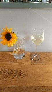 テーブルのワインと花瓶の写真・画像素材[3030748]