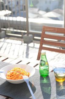 食品とオレンジ ジュースのガラスのプレートの写真・画像素材[900598]