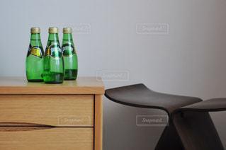 テーブルの上にワインのボトルの写真・画像素材[900795]