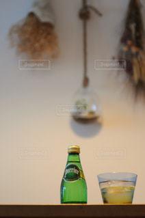 テーブルの上にワインのボトルの写真・画像素材[900797]