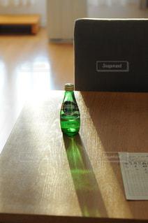 テーブルにグリーン ボトルの写真・画像素材[900811]