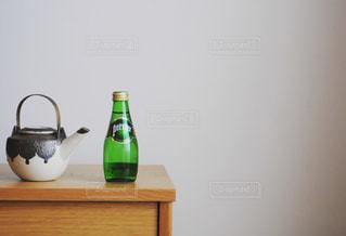 テーブルの上に座って花瓶の写真・画像素材[900854]