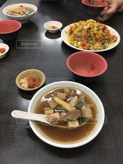 テーブルの上の皿の上に食べ物のボウルの写真・画像素材[923212]