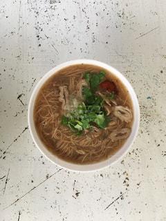 テーブルの上に座ってスープのボウルの写真・画像素材[923230]