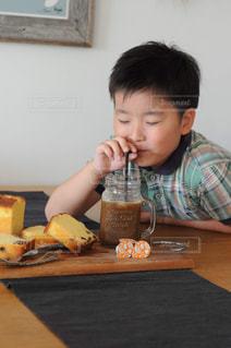 食事のテーブルに座って若い男の子の写真・画像素材[1258696]