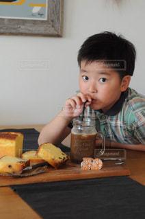 食事のテーブルに座って男の子の写真・画像素材[1259489]