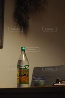 テーブルの上の水のボトルの写真・画像素材[1266679]
