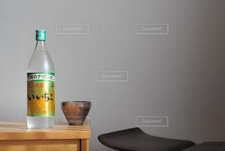 テーブルの上の瓶の写真・画像素材[1266684]